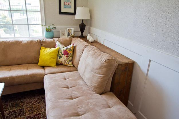 място между дивана и стената