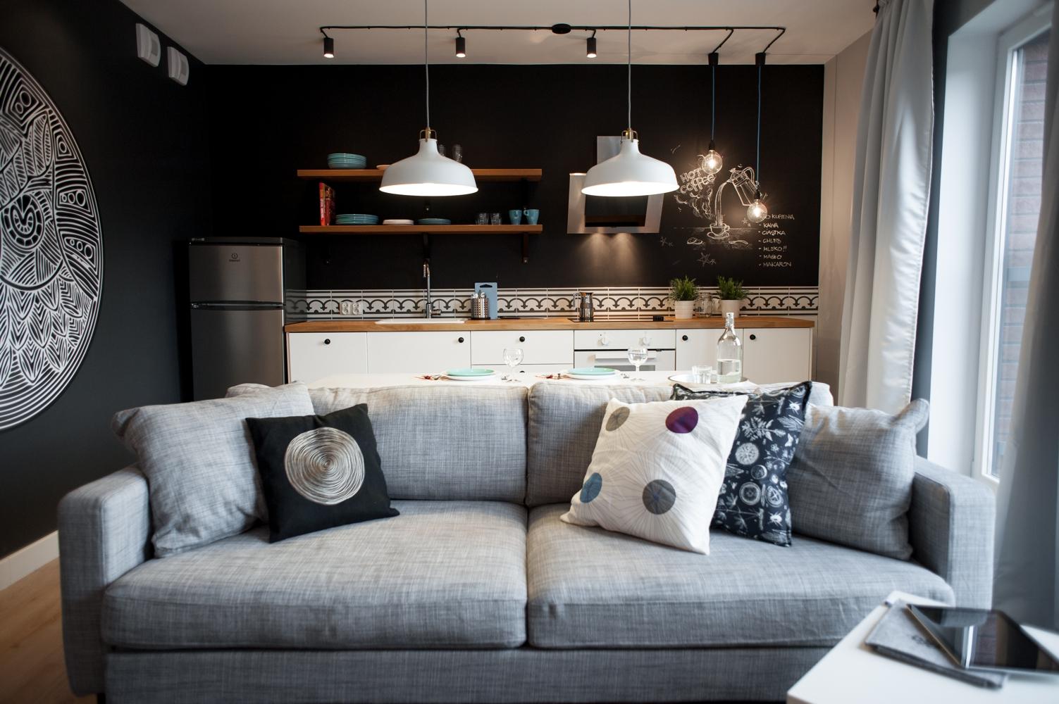 апартамент в сиво, черно, бяло и дърво - 1