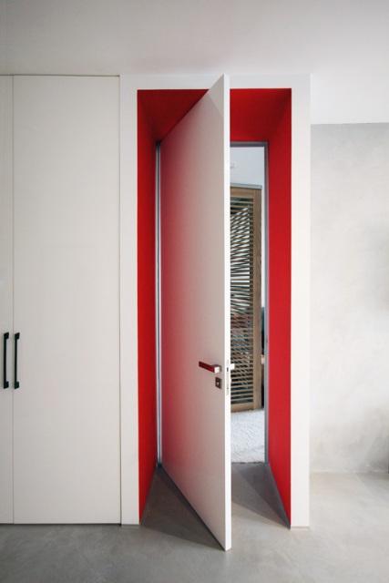черно-бял апартамент с червени акценти - 10