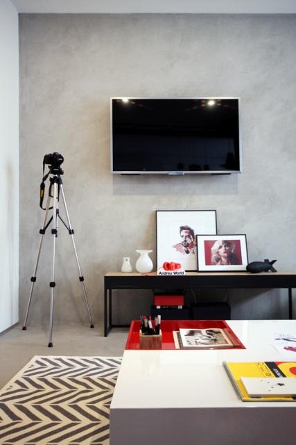 черно-бял апартамент с червени акценти - 12