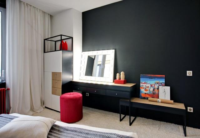 черно-бял апартамент с червени акценти - 16