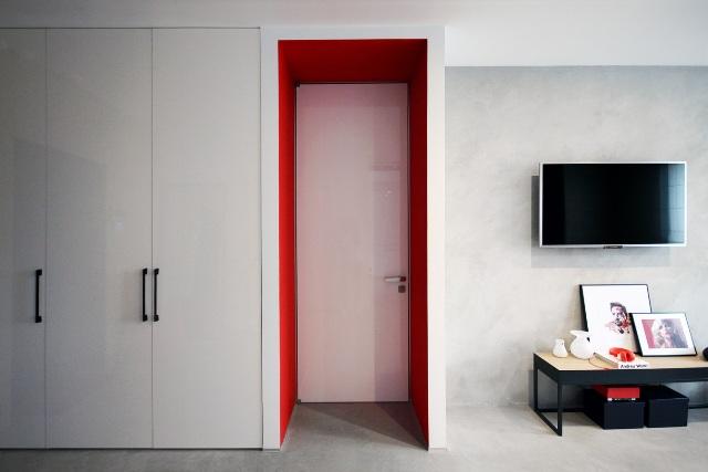 черно-бял апартамент с червени акценти - 9