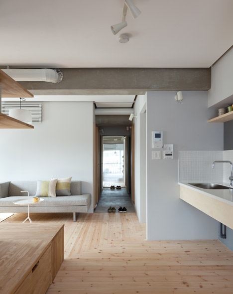 дървена преграда загражда две спални - 11