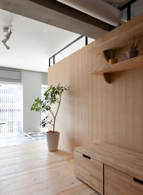 дървена преграда загражда две спални - 13