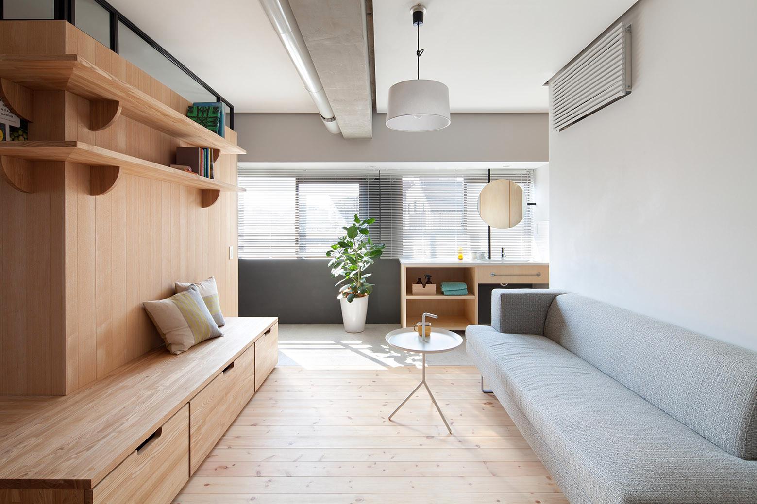 дървена преграда загражда две спални - 2