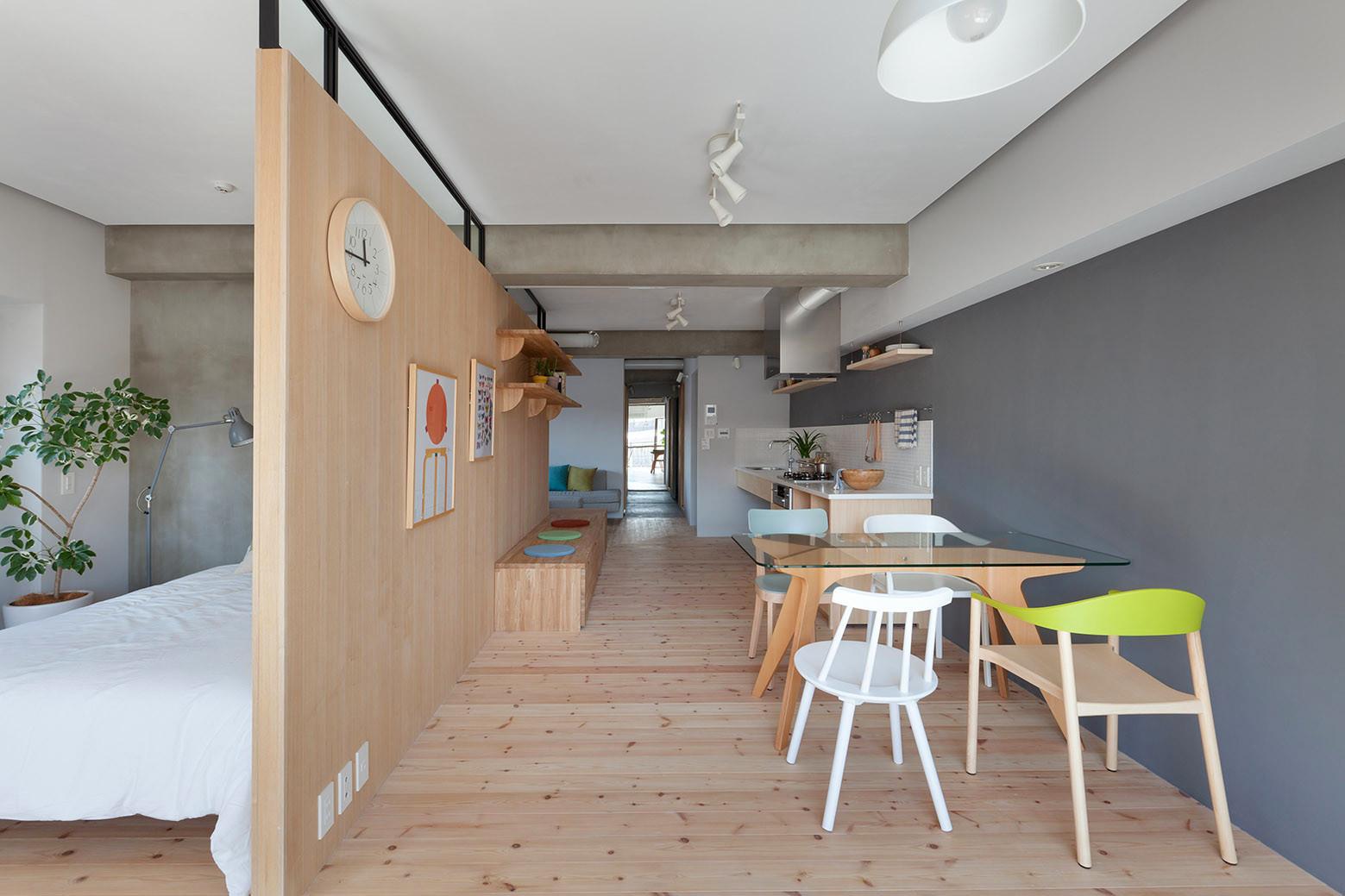 дървена преграда загражда две спални - 4