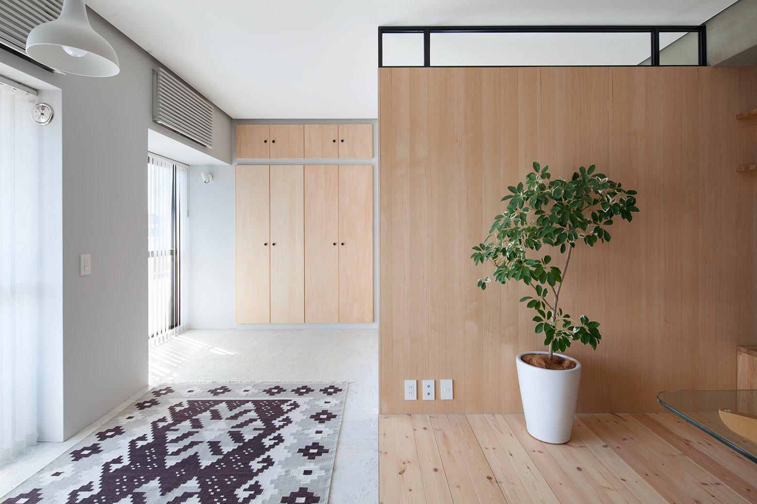 дървена преграда загражда две спални - 5