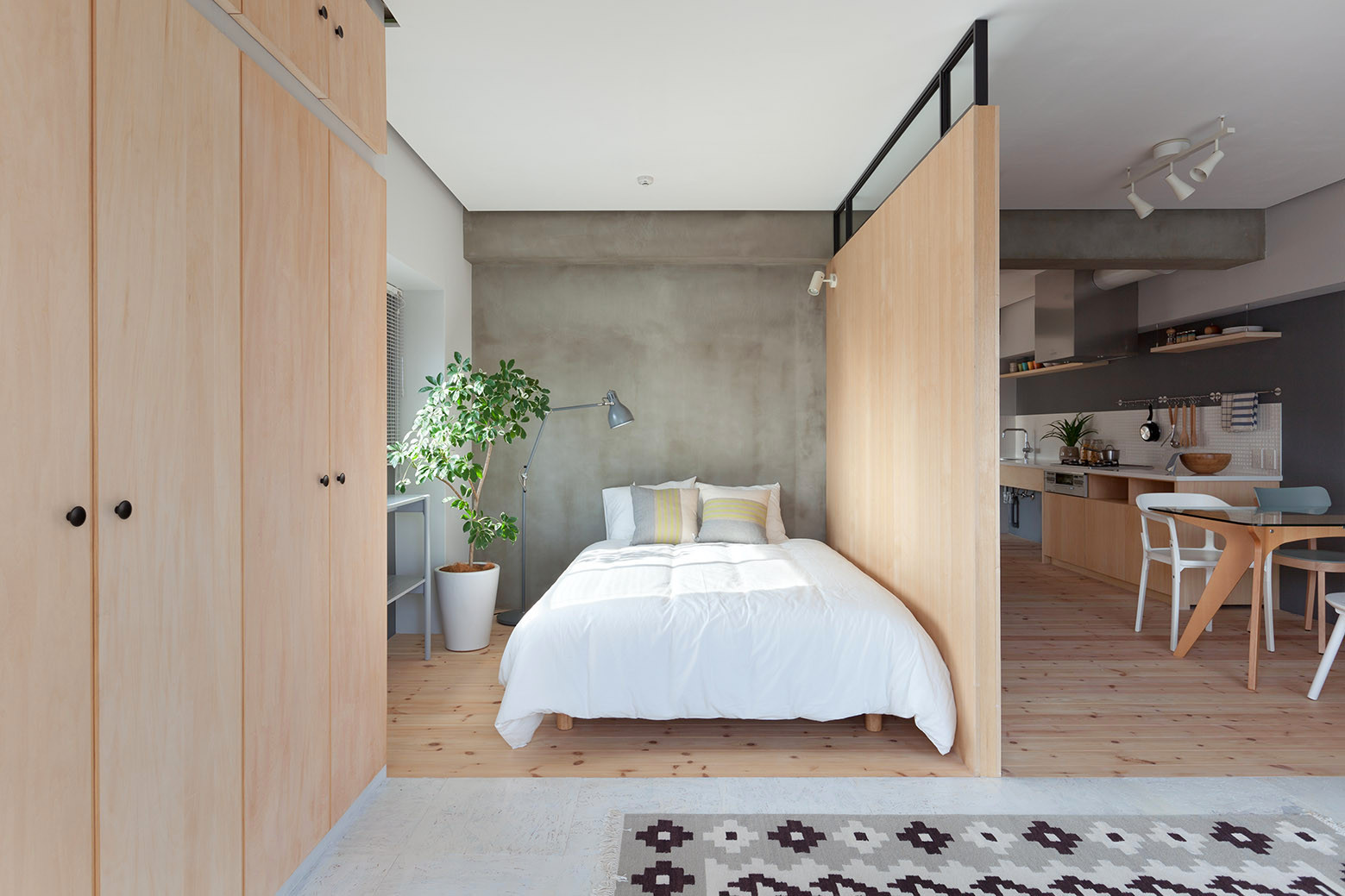 дървена преграда загражда две спални - 7