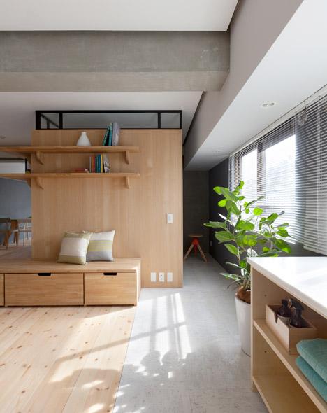 дървена преграда загражда две спални - 9