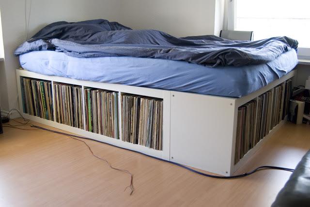 легло върху етажерки