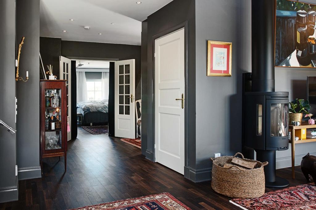 скандинавски апартамент с тъмни стени - 16