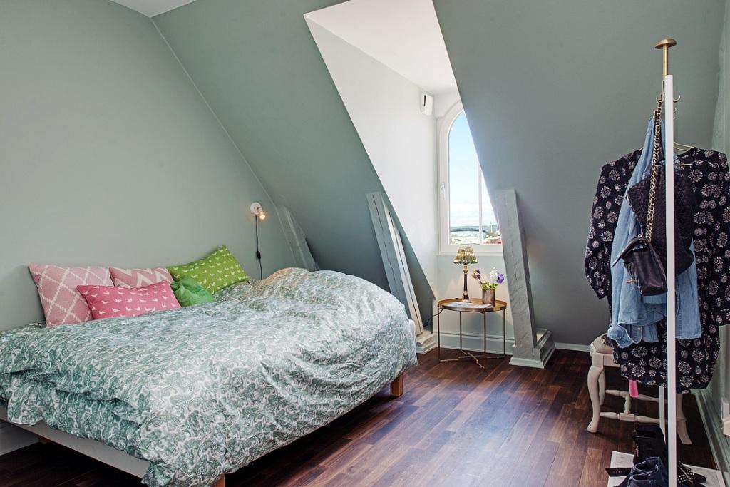 скандинавски апартамент с тъмни стени - 21