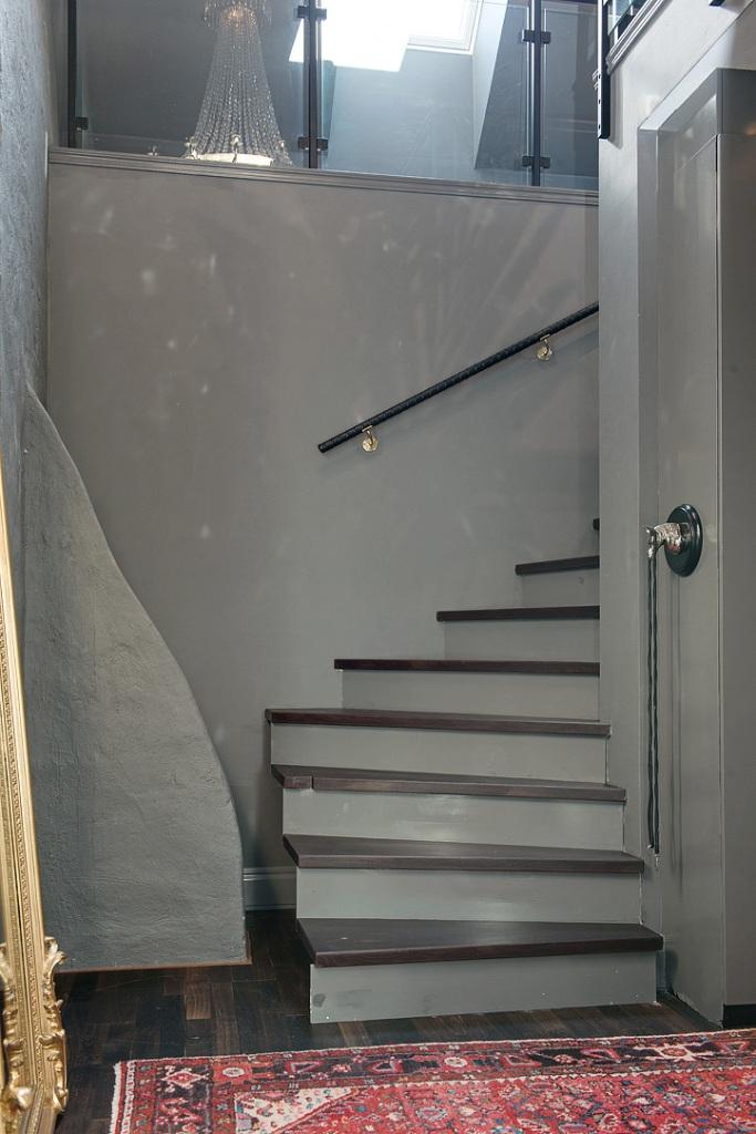 скандинавски апартамент с тъмни стени - 27