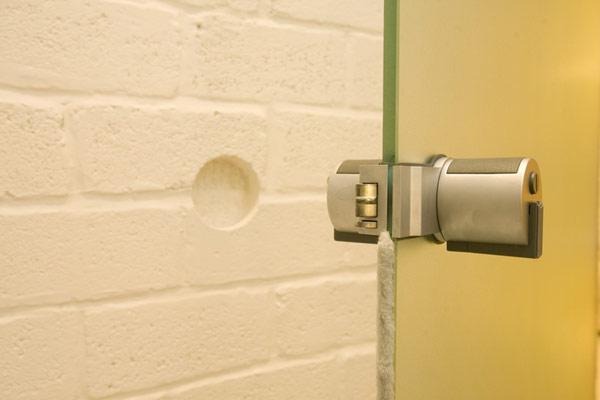 Гениални решения в уютния 39 кв. м апартамент_врата_баня