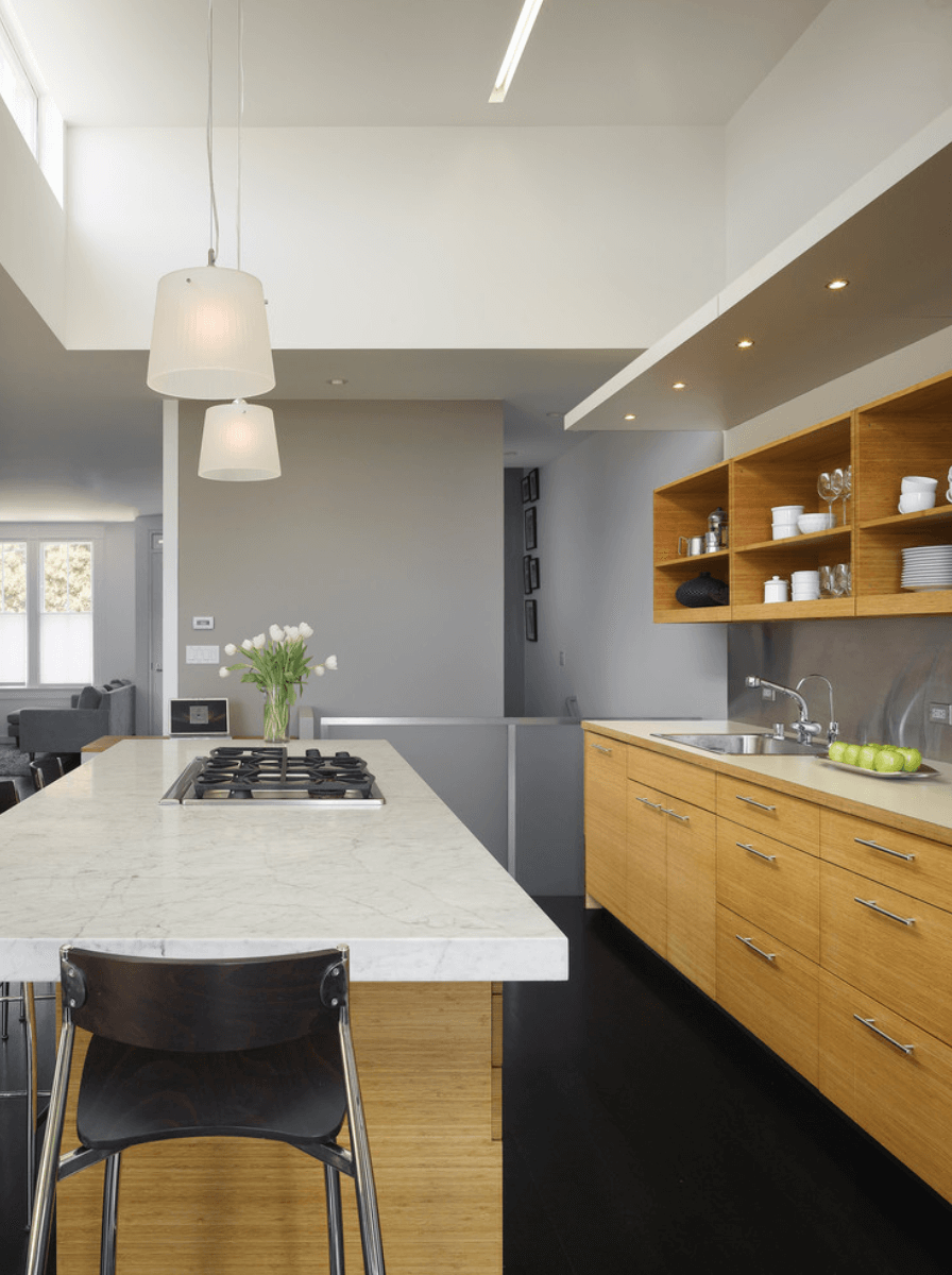кухня в сиво и дърво