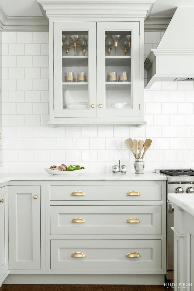 кухня в сиво и златни акценти