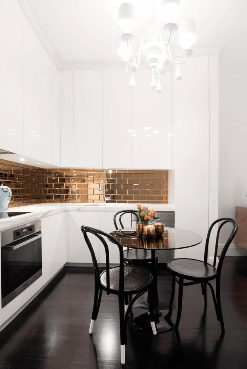 кухня с бяло и металическо_3