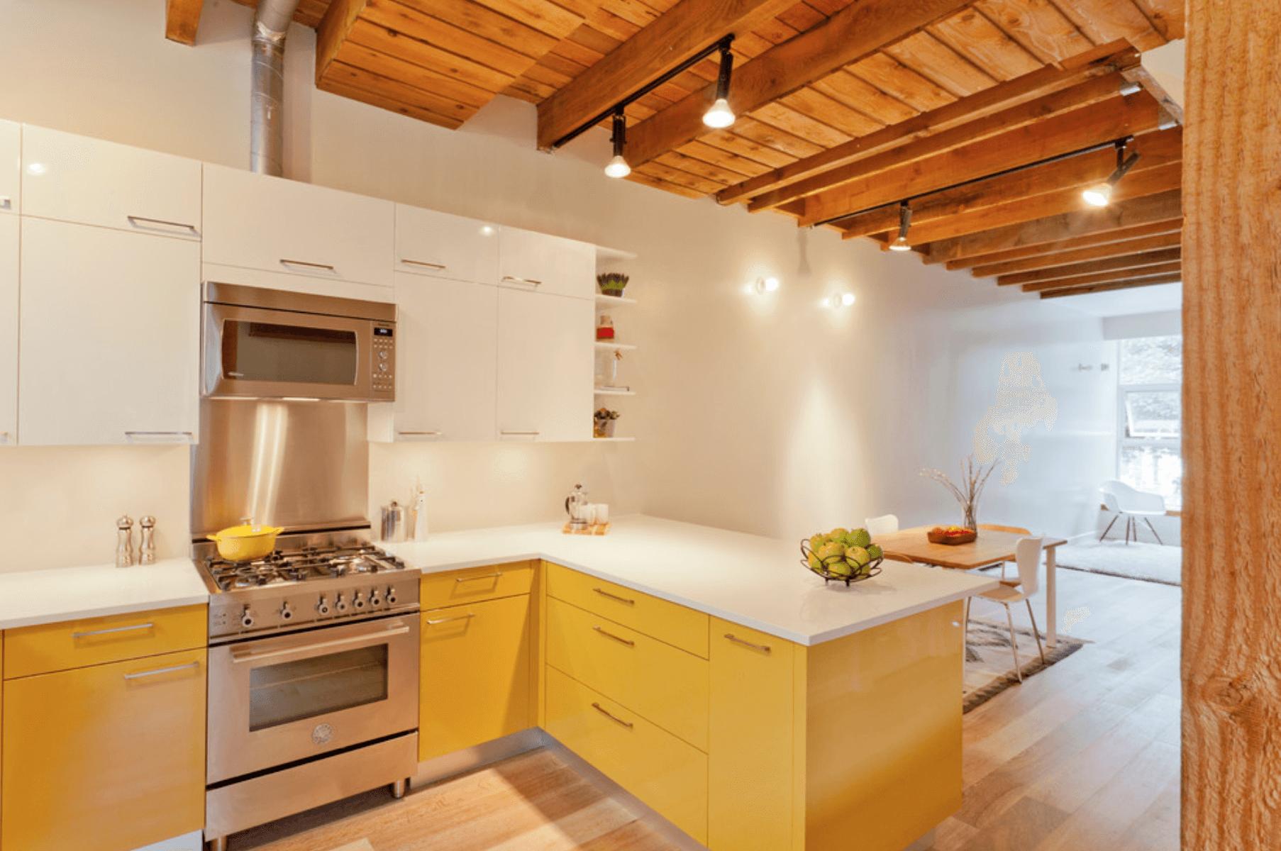 кухня с жълто