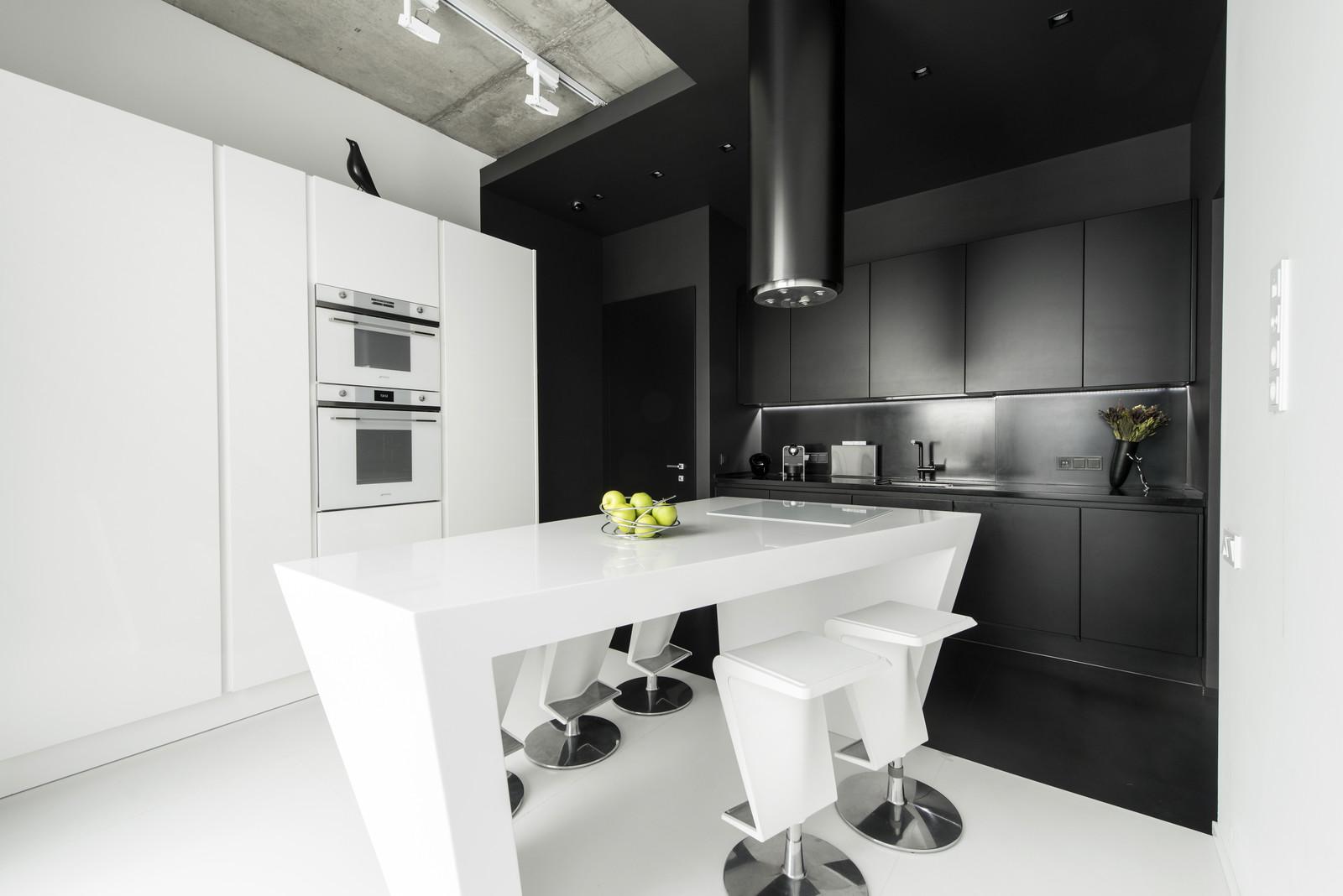 черно-бял интериор с цветни детайли_16