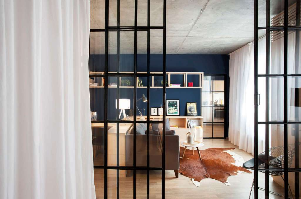 високи стъклени врати отделят спалнята_12
