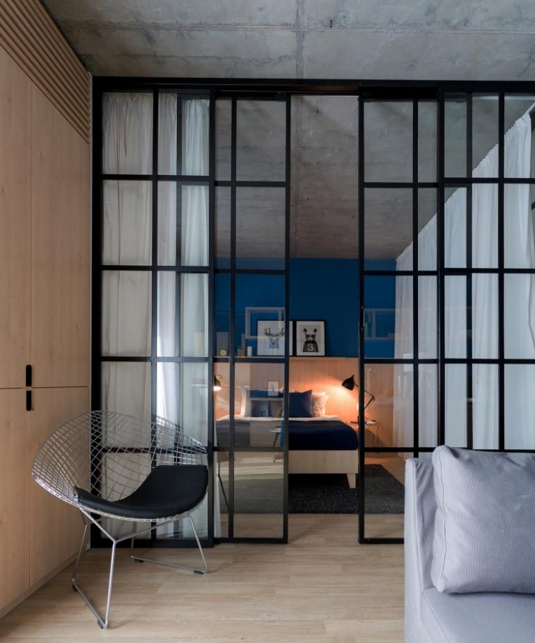високи стъклени врати отделят спалнята_14