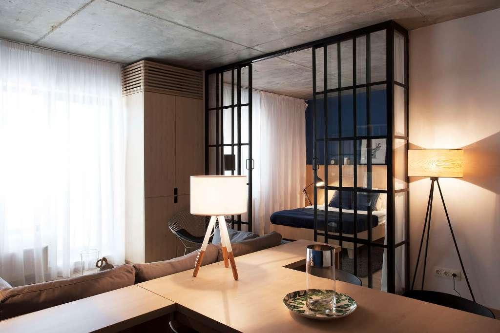 високи стъклени врати отделят спалнята_2