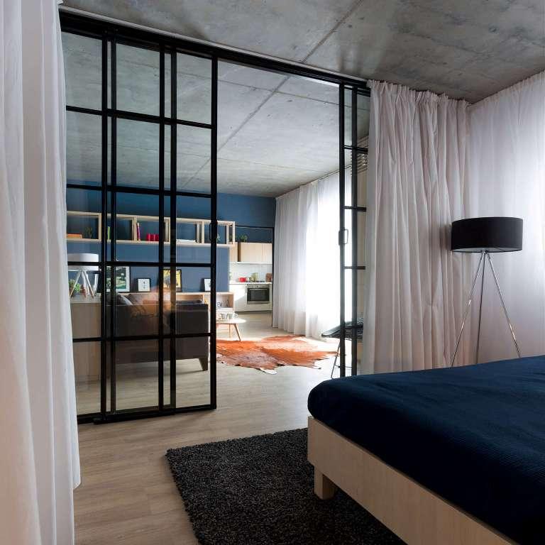 високи стъклени врати отделят спалнята_5