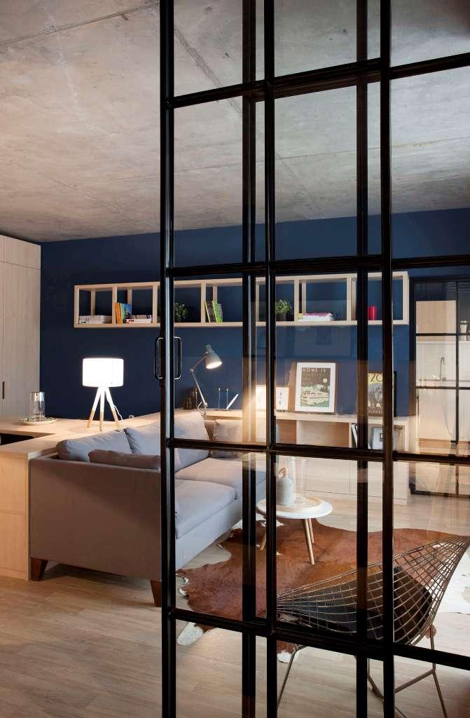 високи стъклени врати отделят спалнята_7