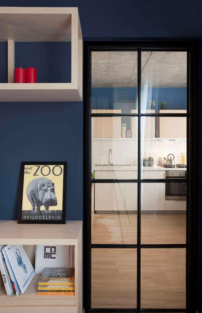 високи стъклени врати отделят спалнята_8