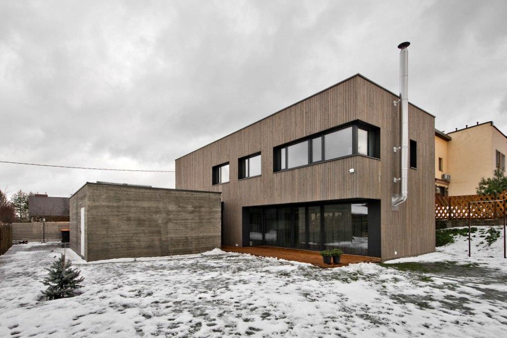 двуетажна къща с дървена фасада_1