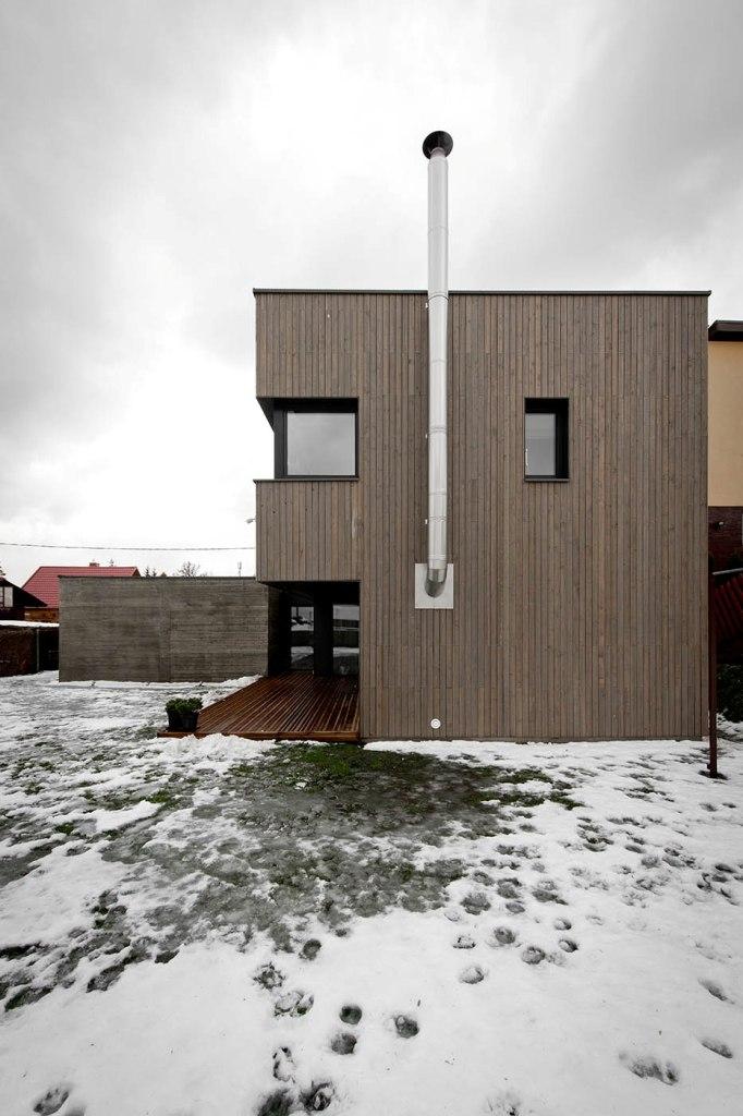 двуетажна къща с дървена фасада_2