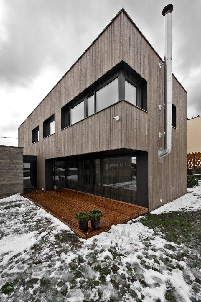 двуетажна къща с дървена фасада_3
