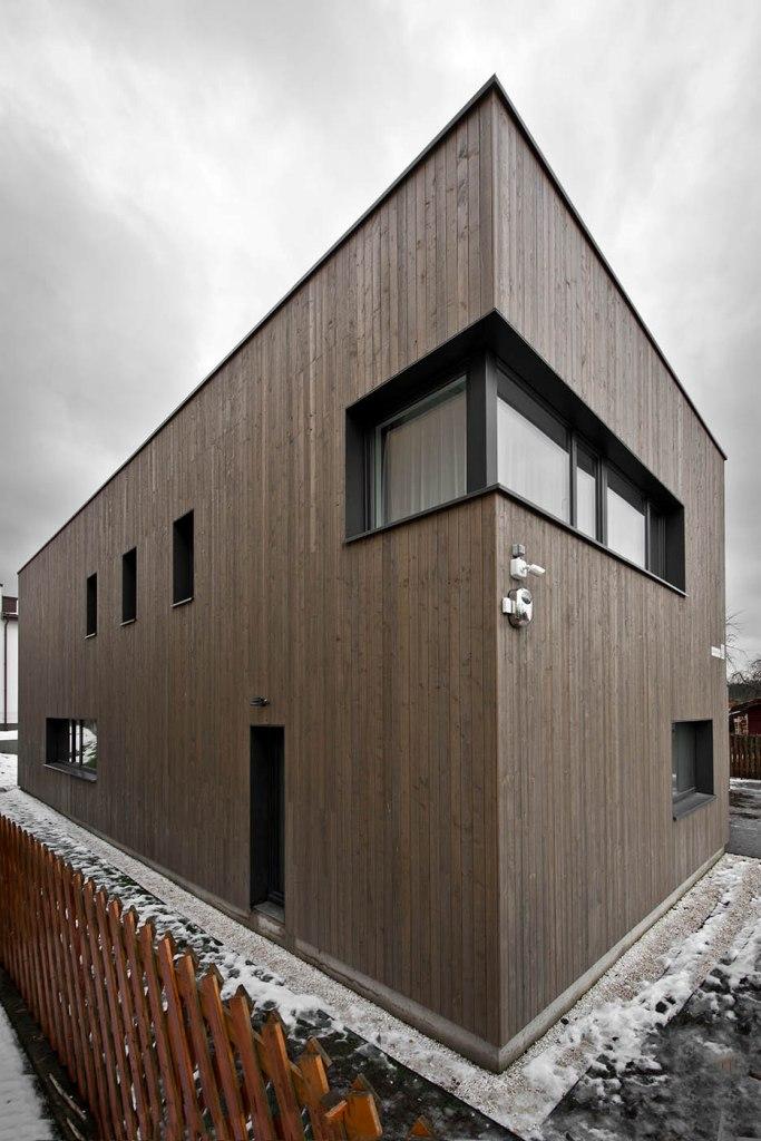двуетажна къща с дървена фасада_5
