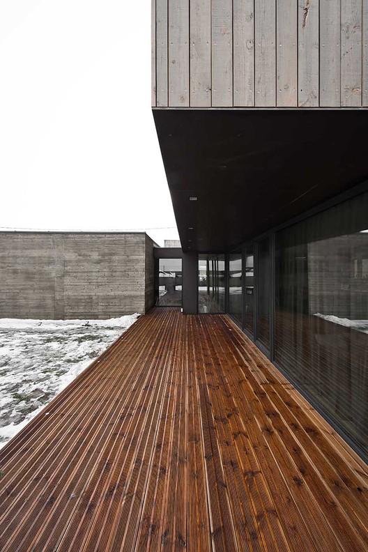 двуетажна къща с дървена фасада_6