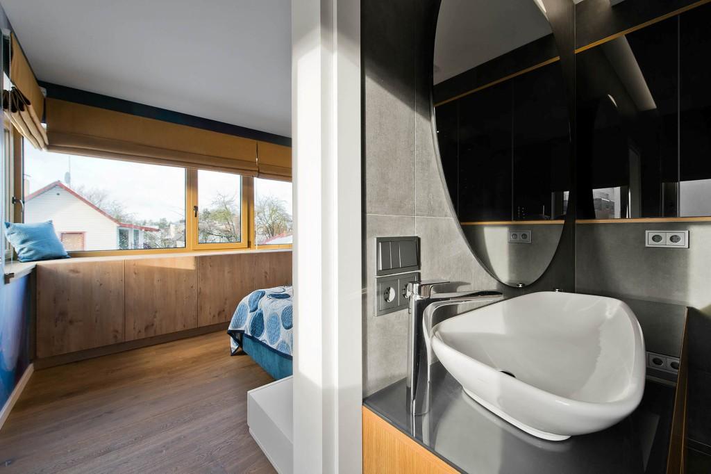 двуетажна къща с изчистен, цветен интериор_спалня