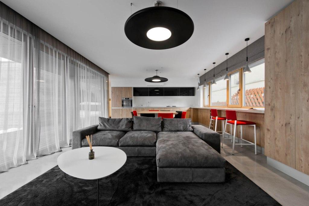 двуетажна къща с изчистен, цветен интериор_1