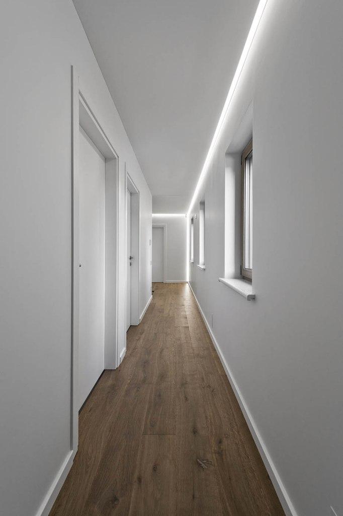двуетажна къща с изчистен, цветен интериор_12