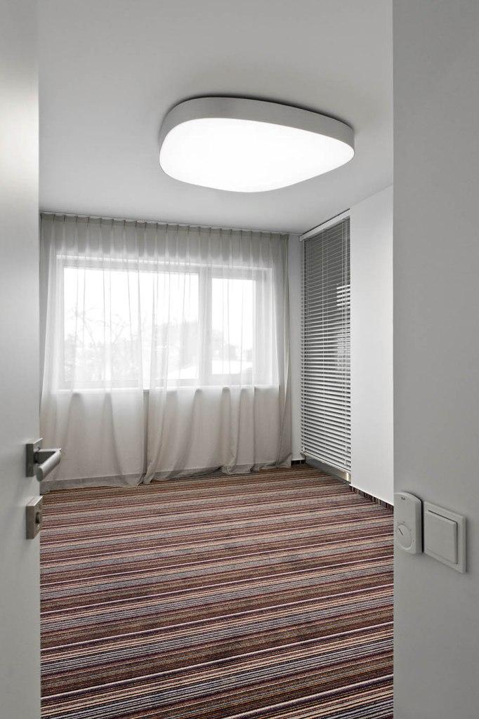 двуетажна къща с изчистен, цветен интериор_18
