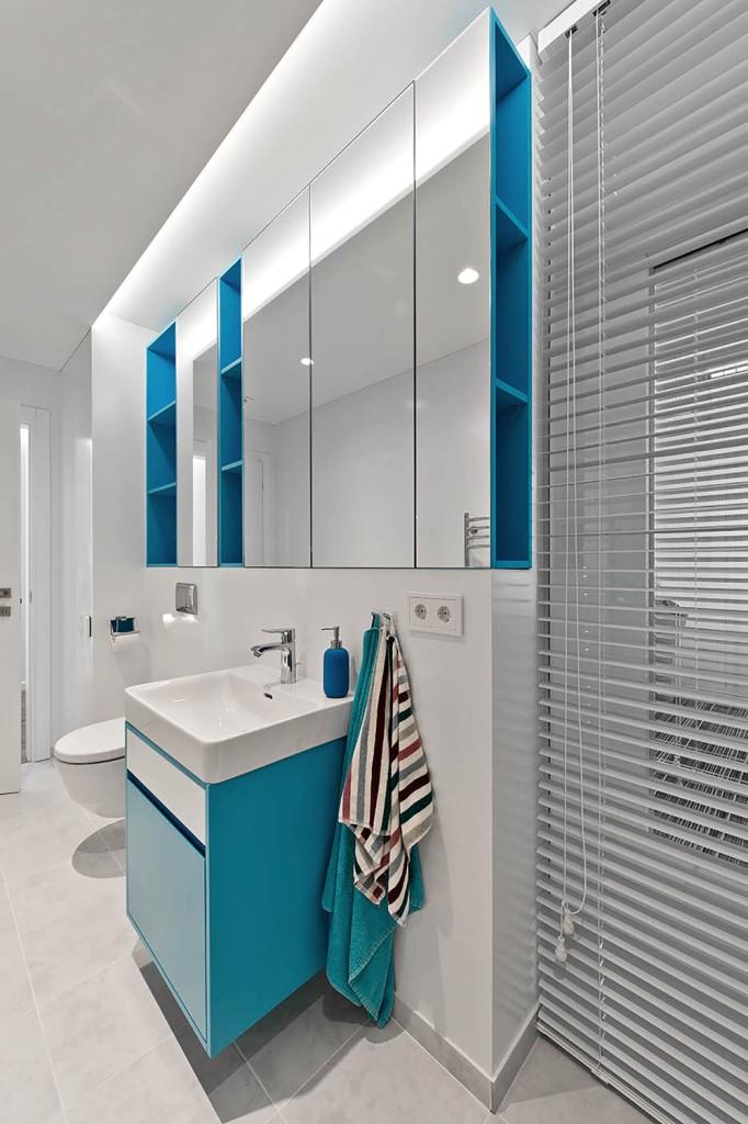 двуетажна къща с изчистен, цветен интериор_22