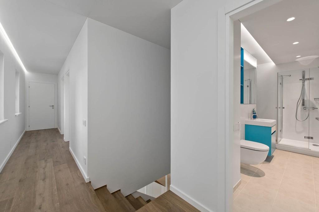 двуетажна къща с изчистен, цветен интериор_23