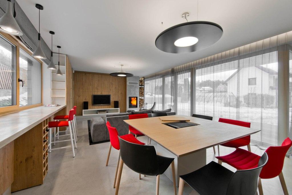 двуетажна къща с изчистен, цветен интериор_3