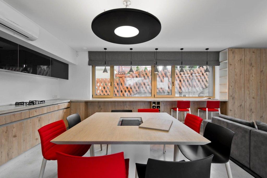 двуетажна къща с изчистен, цветен интериор_4
