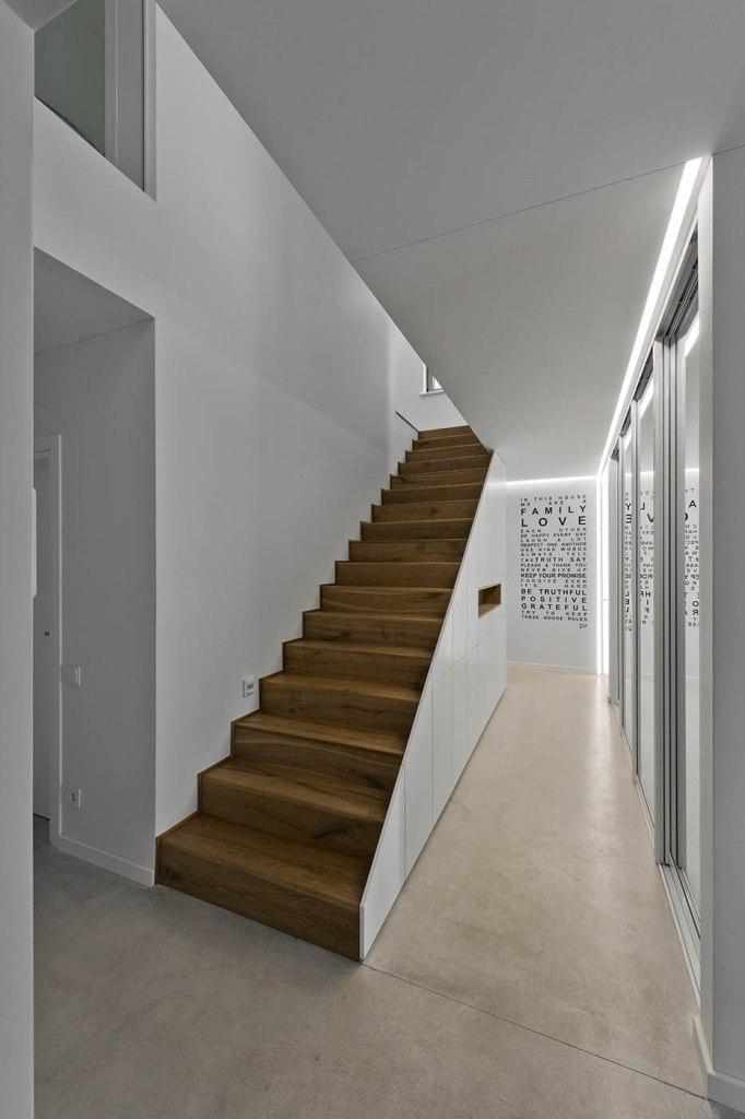 двуетажна къща с изчистен, цветен интериор_8