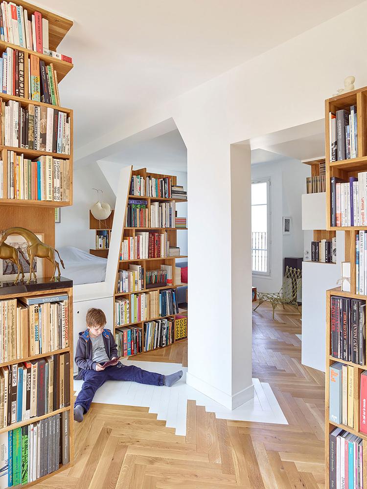 етажерки с книги като прегради в апартамент_1