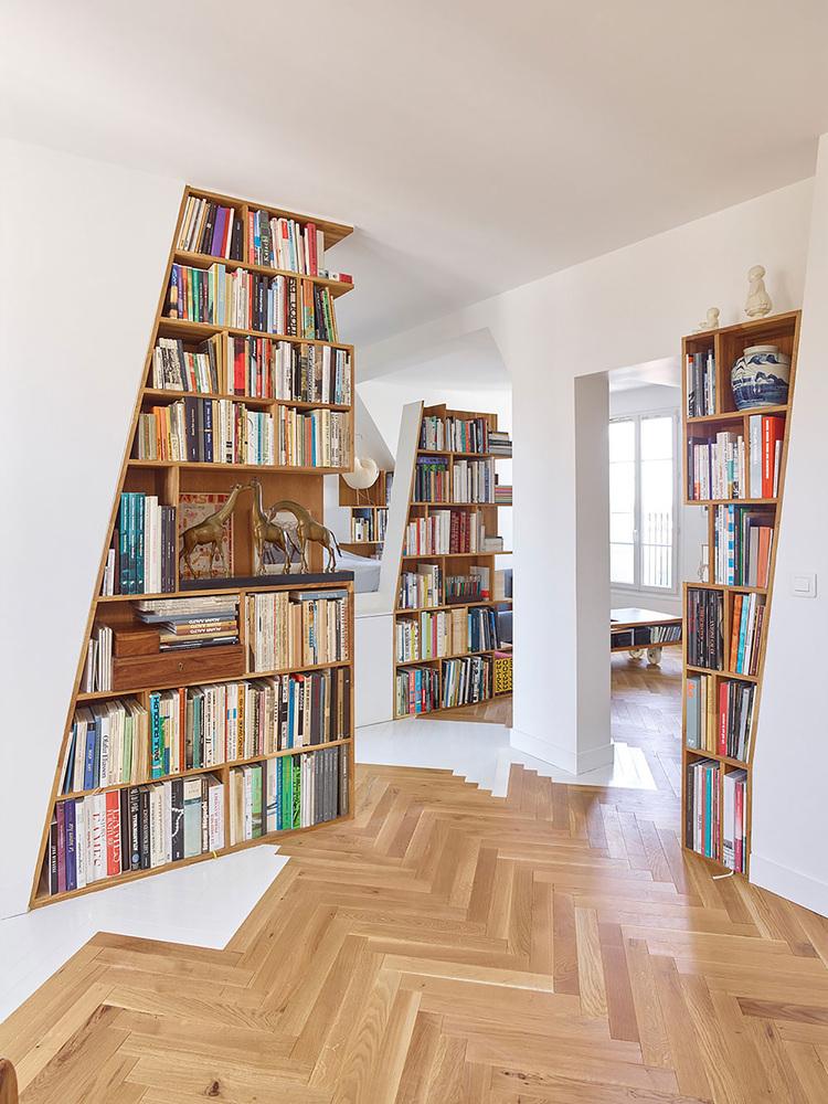 етажерки с книги като прегради в апартамент_2