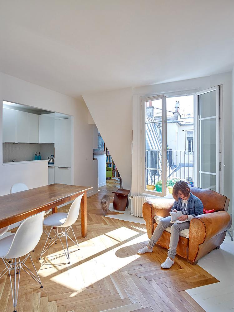 етажерки с книги като прегради в апартамент_3