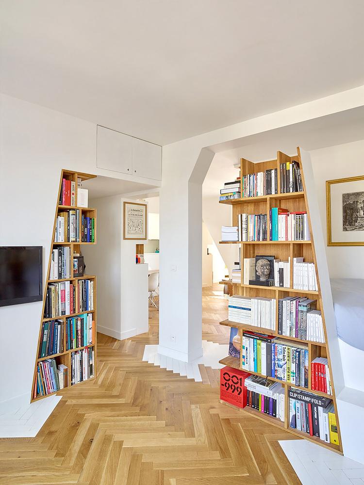 етажерки с книги като прегради в апартамент_4