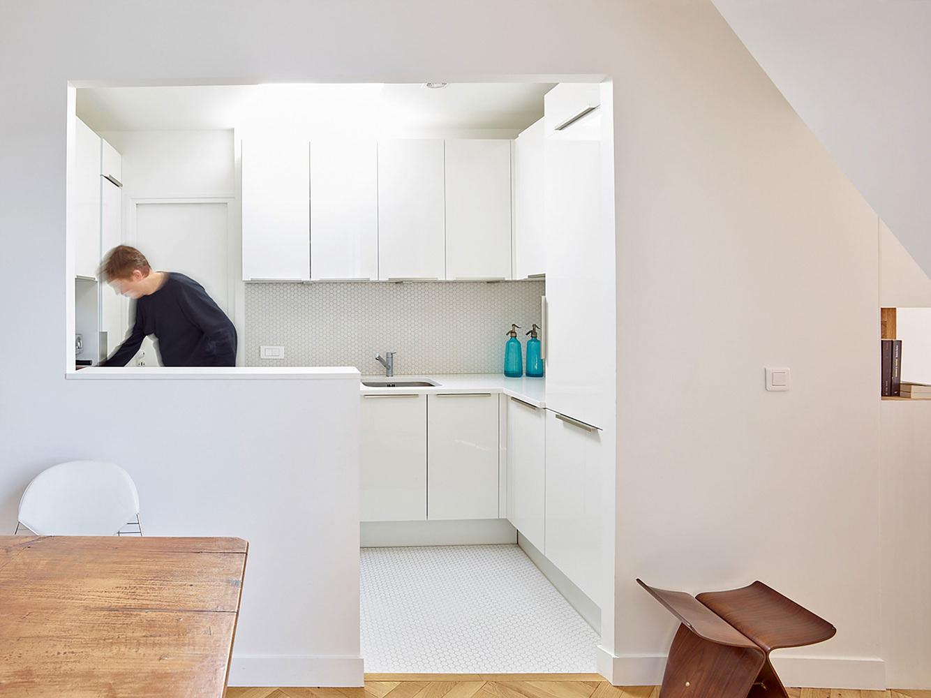 етажерки с книги като прегради в апартамент_5