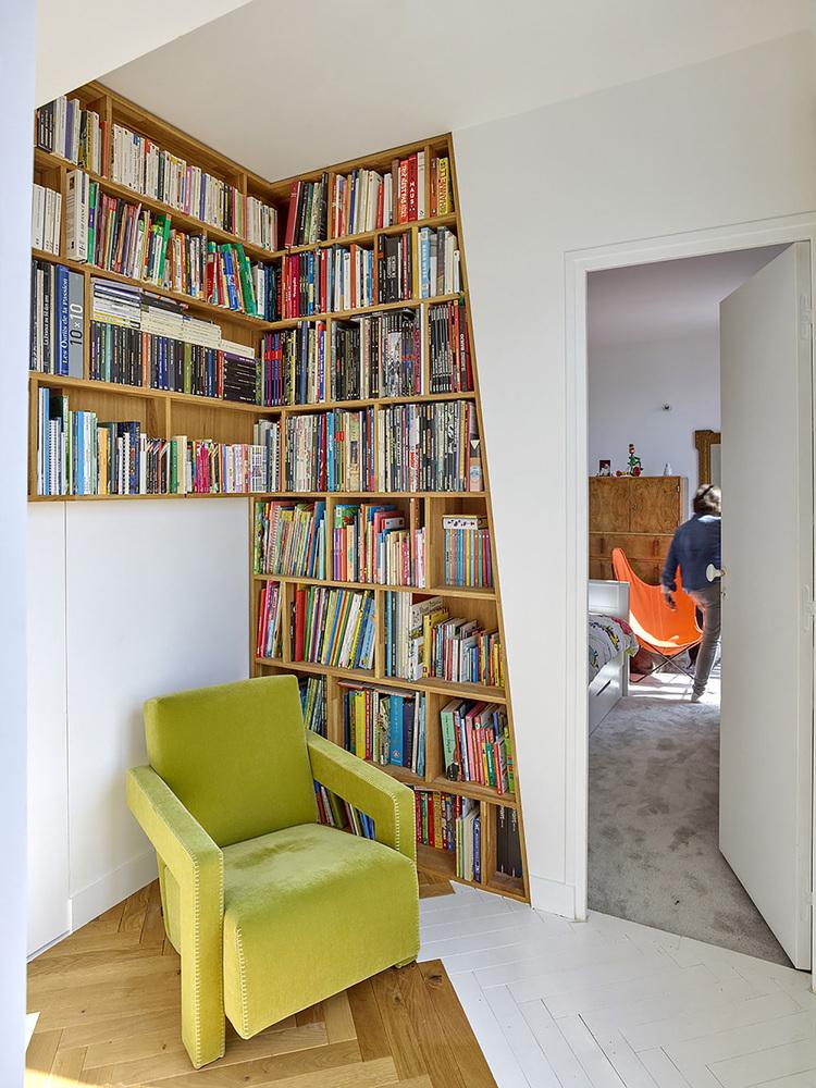 етажерки с книги като прегради в апартамент_6