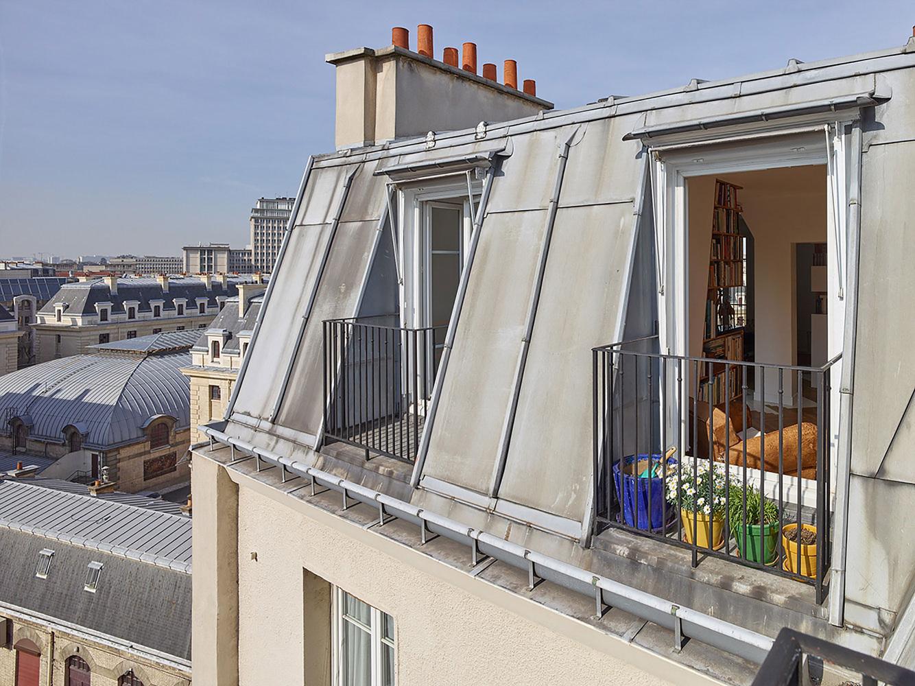 етажерки с книги като прегради в апартамент_7
